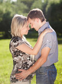 Young man and pregnant woman face to face — Stok fotoğraf
