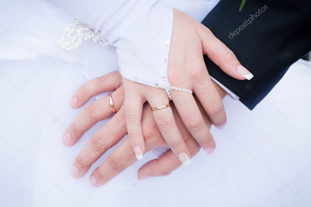 Wedding details - closeup of hands of newly-married with gold rings — Stock Photo #10793461