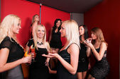 Foto de amigas lindas alegres na festa se comunicando — Foto Stock