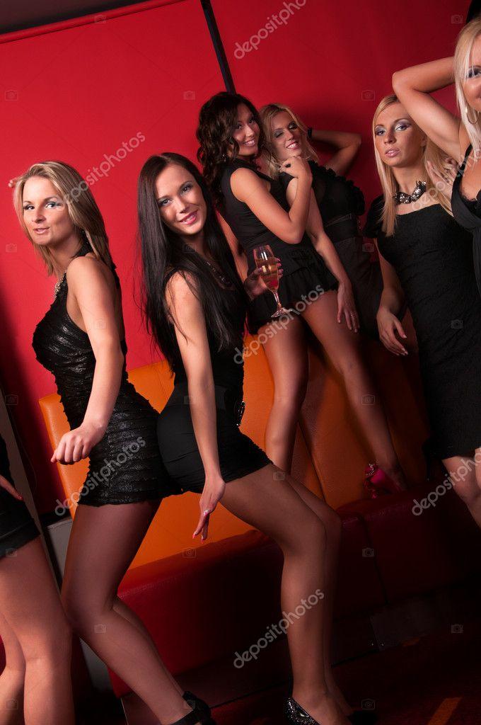 деыочки раздеваются в клубах фото