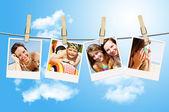 Clothesline üzerinde asılı tatil fotoğrafları — Stok fotoğraf