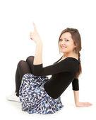 Jonge vrouw die omhoog wijst — Stockfoto