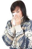 Mujer joven con alergia o resfriado — Foto de Stock