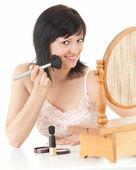 Hermosa joven teniendo maquillaje — Foto de Stock