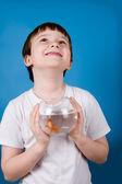 少年は金魚鉢は金魚で保持しています。 — ストック写真