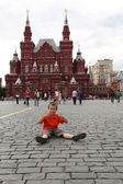 Boy sitting on the cobblestones of Red Square — Stock Photo
