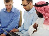 在国际大学在笔记本电脑上工作的年轻人 — 图库照片