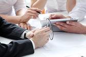 Detalhes do processo de trabalho no encontro de negócios — Fotografia Stock