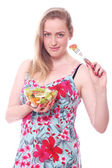 šťastná žena s miskou čerstvých salátů — Stock fotografie