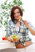 新鮮なサラダのボウルで幸せな女 — ストック写真