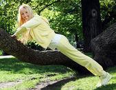 Kvinnan gör fitness träning i parken — Stockfoto