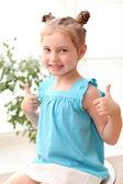 Başparmak yukarıya ile mutlu ve genç kız — Stok fotoğraf