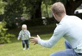 年轻的小伙子和他的儿子一起玩 — 图库照片