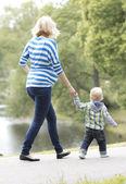Mère jeune et heureuse avec son fils — Photo