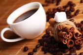 чашка горячего кофе и корица палочки — Стоковое фото