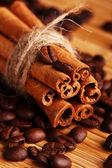 Palitos de canela y granos de café — Foto de Stock