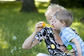 Avó com seu neto no parque — Foto Stock