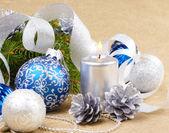Blå och vita julgranskulor med silver ljus — Stockfoto