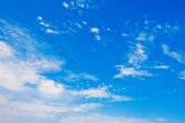 White clouds in the blue sky — Stock Photo