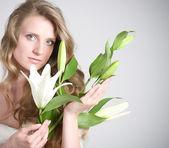 Mulher jovem e bonita com lírio branco — Foto Stock