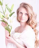 白いユリと美しい若い女性 — ストック写真
