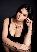 Портрет красивой молодой женщины с золотые украшения — Стоковое фото