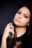 Porträtt av vacker ung kvinna med parfymflaska — Stockfoto