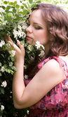 Piękna kobieta w wiosna zielony konwalie — Zdjęcie stockowe