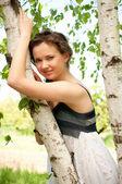 Mooie vrouw in witte lentebloemen — Stockfoto