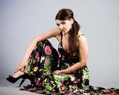 Piękna kobieta w sukni z wiosennych kwiatów — Zdjęcie stockowe