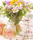 Vintage chá em copos elegantes e flores — Foto Stock