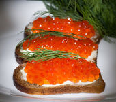 Red caviar with bread and butter — Stock Photo