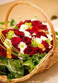 Mooie kleur rozen in mand — Stockfoto