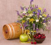 Blumen, fass, apfel und kirsche auf hintergrund — Stockfoto