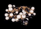 黒の背景に真珠の宝石類 — ストック写真