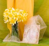 Schönen frühlingsblumen in einer glasvase und frame auf hintergrund — Stockfoto
