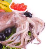 Syrové chobotnice se zeleninou a červený kaviár na bílém pozadí — Stock fotografie