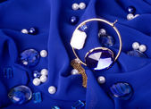 Jóias de ouro sobre fundo azul — Foto Stock