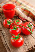 Tomato juice and fresh tomatoes — Stock Photo