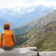 Girl looking at the mountains — Stock Photo
