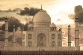 Sunset over Taj Mahal mausoleum — Stock Photo