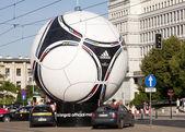Варшава, Польша - 16 июня: статуя официальный мяч Евро-2012 Футбол - adidas tango 12. Уефа Евро 2012 размещается Польша и Украина. — Стоковое фото