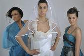 Portrét tří krásná žena ve svatebních šatech — Stock fotografie