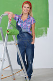 Feliz sorridente mulher pintura interior casa — Fotografia Stock