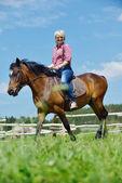 Feliz mulher cavalo — Foto Stock