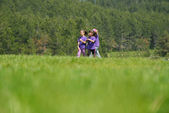 Happy kids-gruppe viel spaß in der natur — Stockfoto