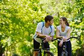 Bicicletta di coppia felice equitazione all'aperto — Foto Stock