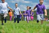 Mutlu çocuk grubu doğada eğlence var — Stok fotoğraf