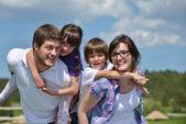 Szczęśliwą rodzinę młodych zabawy na świeżym powietrzu — Zdjęcie stockowe