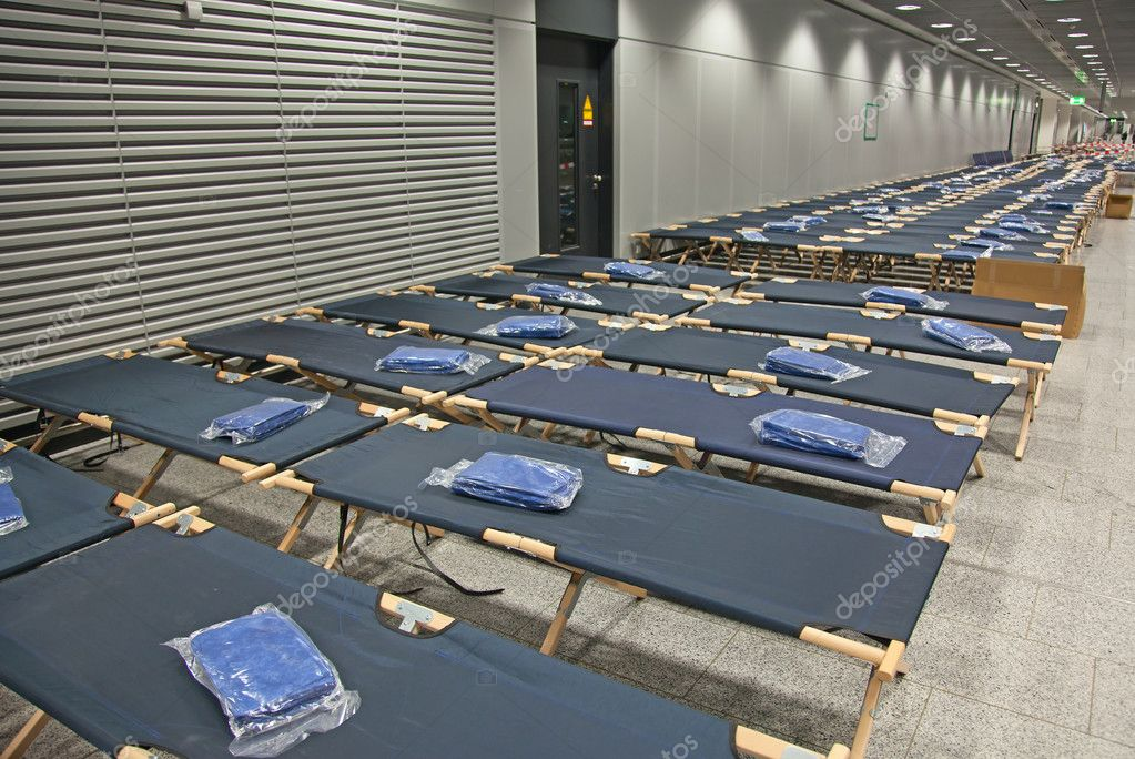 Temporary beds in the airport closed due to the strike — Stock Photo #11414579